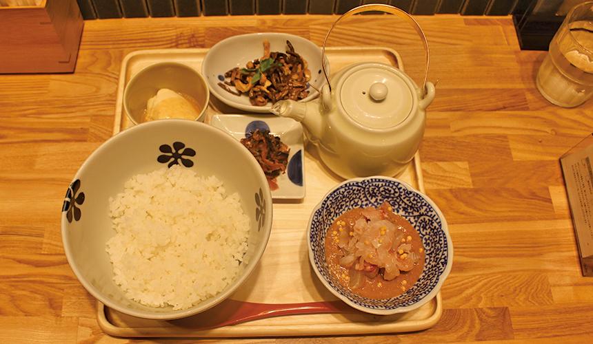 湯汁、主菜、豆腐和兩款小菜