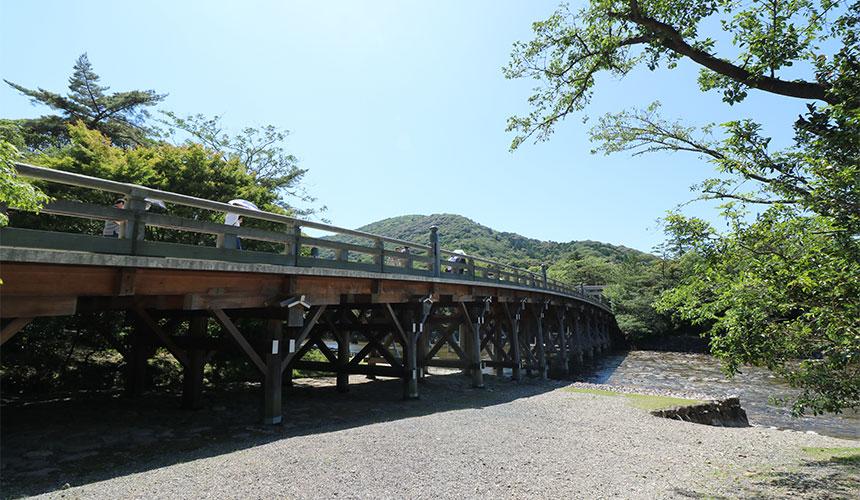 橫跨五十鈴川,分隔俗界與聖界的「宇治橋」。