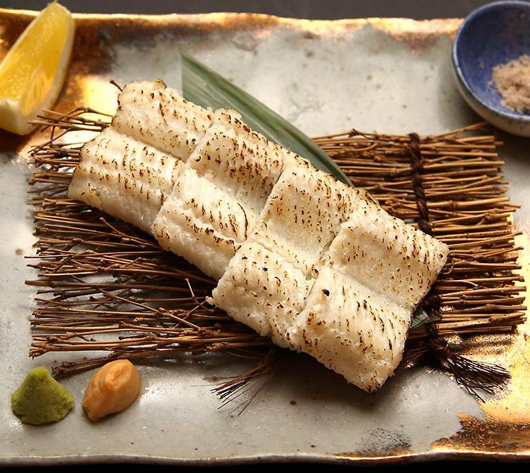以生食也很美味的稀少「傳助星鰻」下去炙烤,每一口都吃的到最頂級的美味:炙烤星鰻