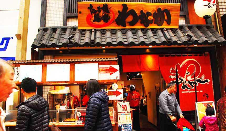 黑門市場的章魚燒店「たこ焼道楽わなか」的店門口