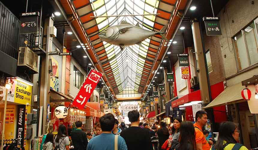 大阪日本橋黑門市場的熱鬧景象