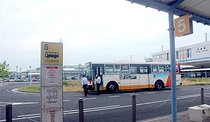 日本岡山JR兒島站藍色公車候車處