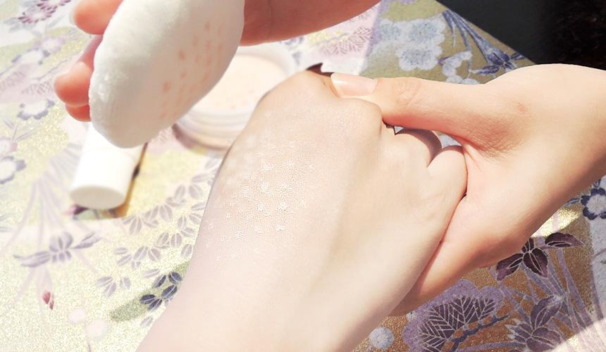 京都京乃雪的「防曬蜜粉」可以拍得很均勻,皮膚看起來更細緻