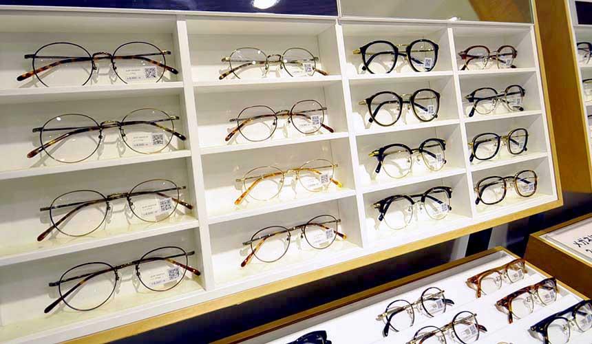 ekimo難波裡的J!NS眼鏡店有多款眼鏡