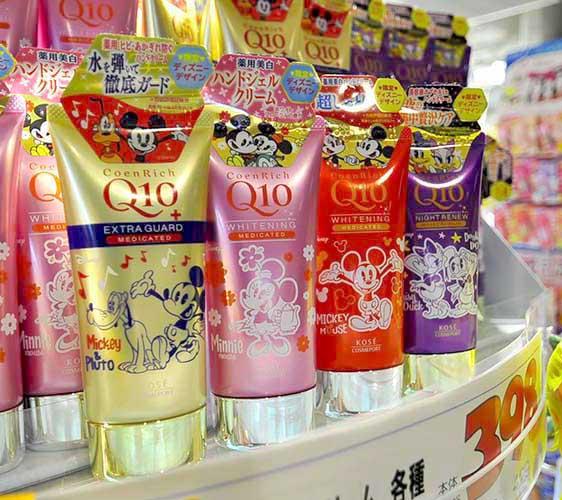 大阪車站ekimo難波裡的藥妝店「Kirindo」有賣KOSE與迪士尼聯名的Q10護手霜