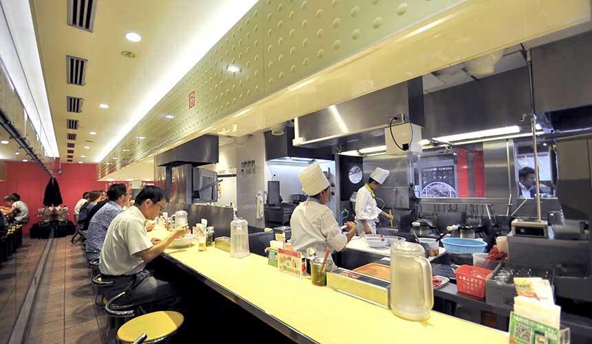 「神座」用餐吧檯與開放式廚房