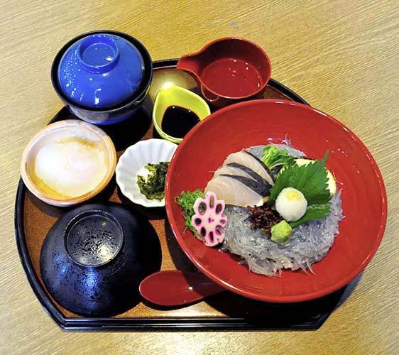 淡路ごちそう館御食国的白沙丁魚與土魠鰆生魚片丼飯套餐