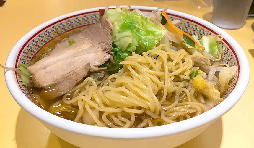 大阪必吃拉麵店「神座」的拉麵麵量與蔬菜量都相當多