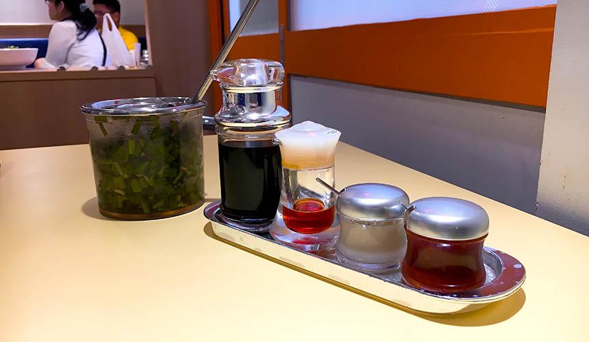 「神座」拉麵的各式調味料