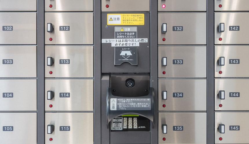京都膠囊旅館「Capsule Resort Kyoto Square」的一樓的貴重物品寄物櫃,採用指紋辨識密碼