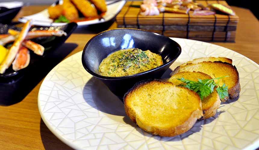 大阪道頓堀「蟹櫻」的特製蟹肉味噌醬佐法式麵包(自家製蟹味噌ソース バケット添え)