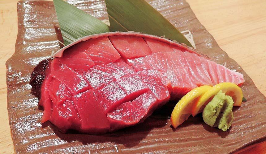 魚壱商店名物:「紀州鮪魚斷面生魚片」(紀州マグロ断面刺身)