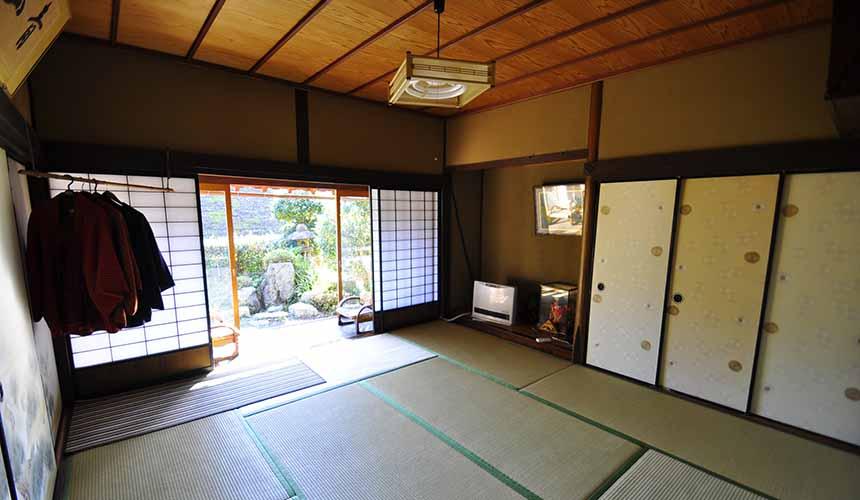 京都「美山茅草屋之鄉」的純樸民宿室內照