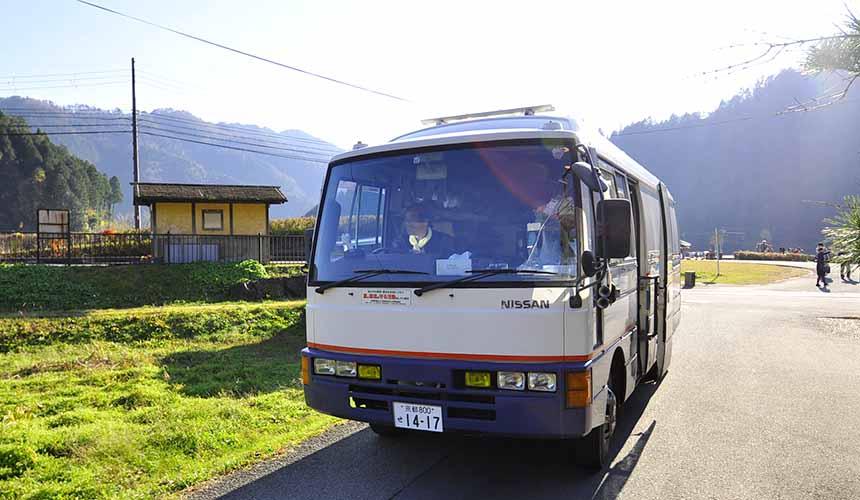 京都「美山茅草屋之鄉」的小巴士雜貨店