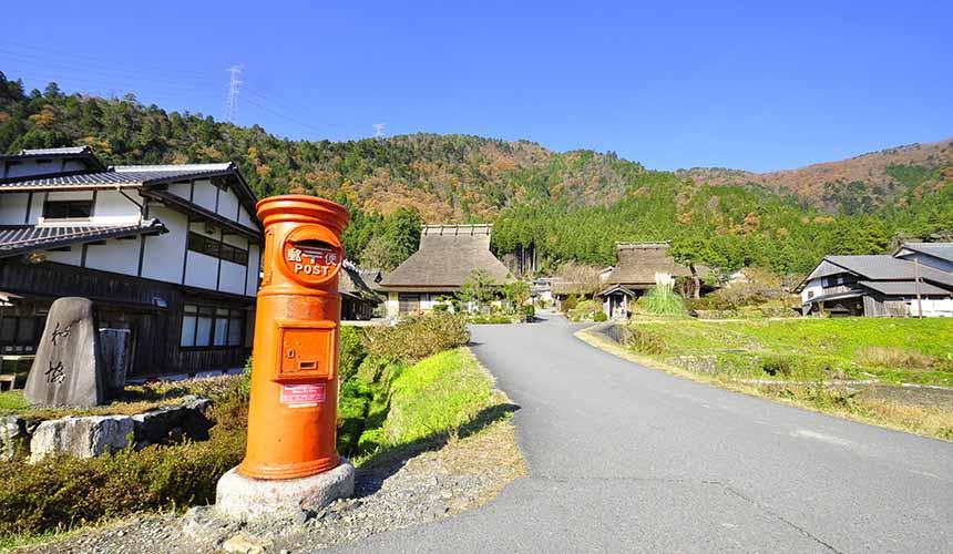 京都「美山茅草屋之鄉」醒目的紅色郵筒