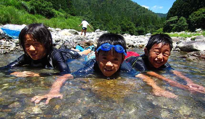 京都「美山茅草屋之鄉」的夏日戲水活動
