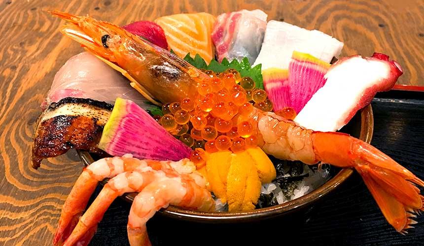 大阪屋台村「裏難波 虎目橫丁」的「魚八商店」極上海鮮丼