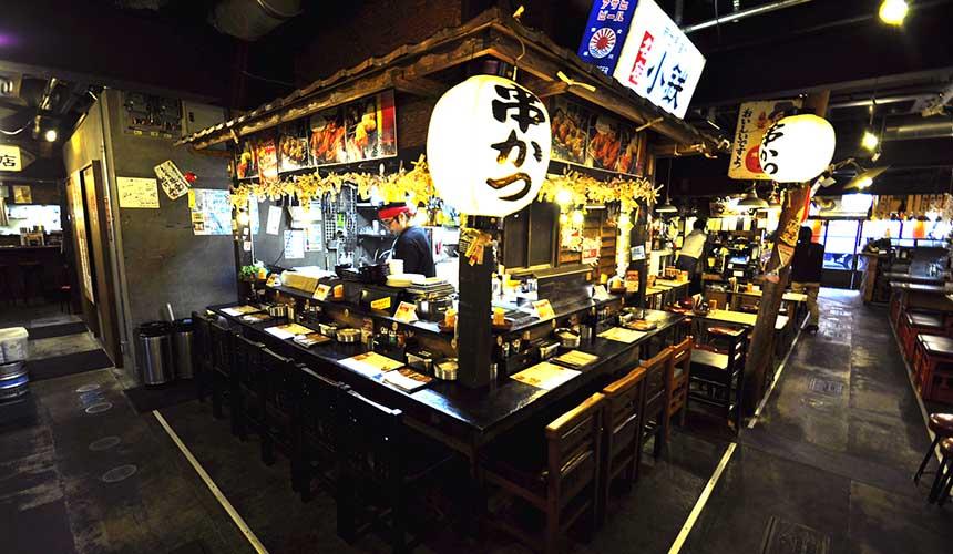 大阪「裏難波 虎目橫丁」攤販桌椅像極了夜市