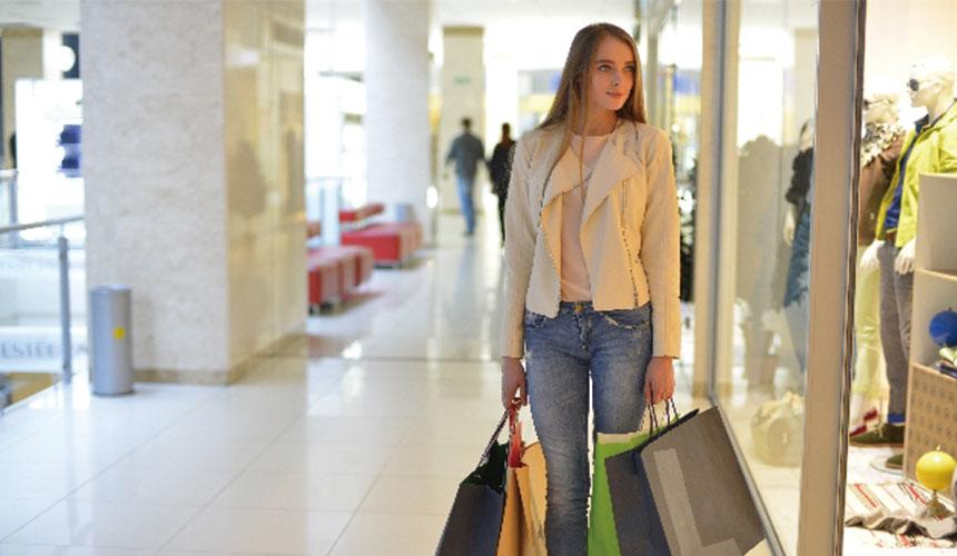 女人在日本的商场内购物