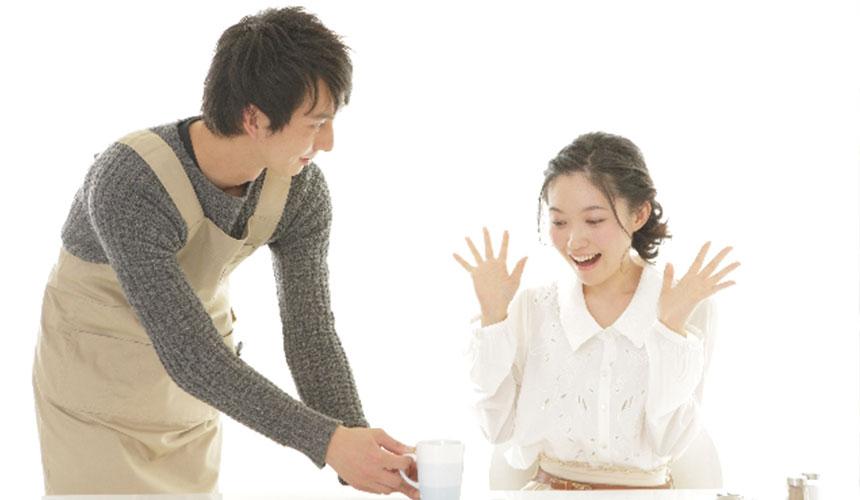 日本家庭内情侣在喝咖啡