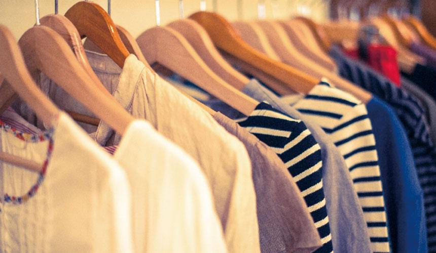衣架上挂满衣服