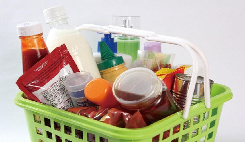 购物篮内放满零碎商品
