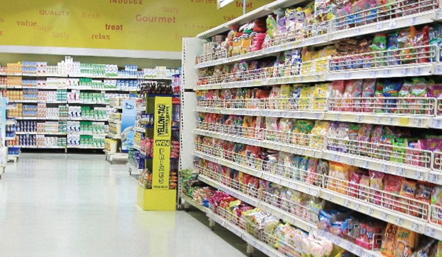购物店内摆满产品的货品架