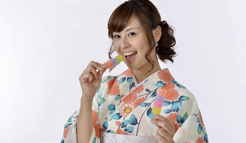 日本女生穿着和服吃小食