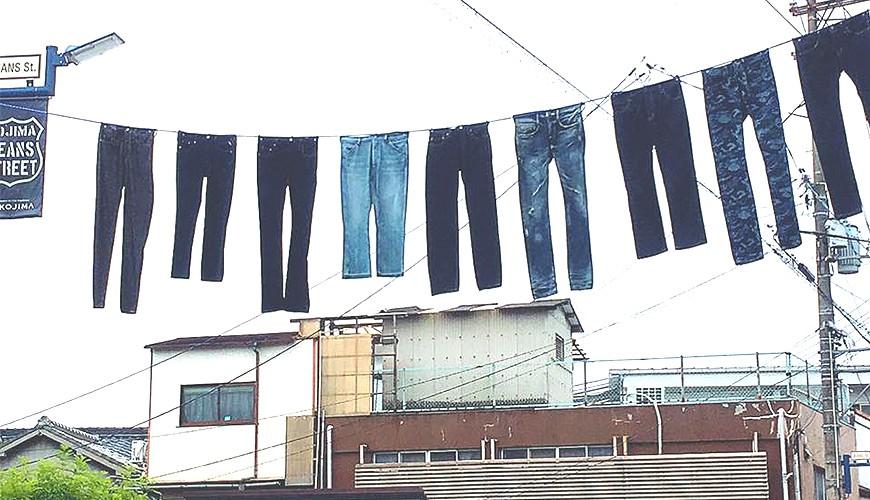 日本冈山牛仔裤街悬吊空中的牛仔裤奇景