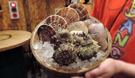 大阪裏難波「海千山千番長」的美味的三種海鮮組合(扇貝、海螺、巨大蛤蠣各一個)