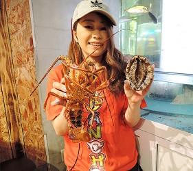大阪裏難波「海千山千番長」的店內新鮮伊勢龍蝦與鮑魚
