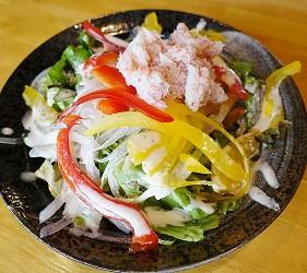 大阪難波海鮮大餐店家推薦「知床漁場 道頓堀店」的1號套餐的蟹肉沙拉