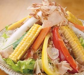 大阪難波海鮮大餐店家推薦「知床漁場 道頓堀店」的3號套餐的凱撒沙拉