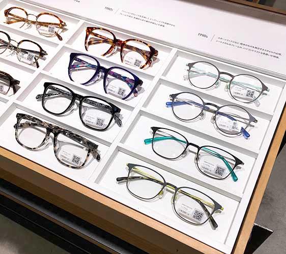 日本大阪難波車站內的「ekimo」的「J!NS」眼鏡店的經典不敗膠框與金屬大框眼鏡