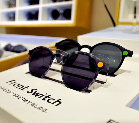 日本大阪難波車站內的「ekimo」的「J!NS」眼鏡店的太陽阻隔鏡片組顏色多種