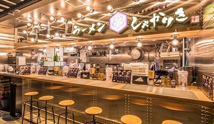 京都車站前購物推薦:京都塔商場「KYOTO TOWER SANDO」的B1F FOOD HALL美食大街的京都沾麵的先驅「京都千丸 しゃかりき murasaki 」的吧台