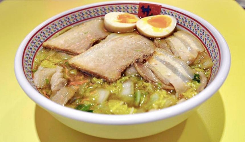 大阪必吃拉麵店「神座」的小份叉燒半熟蛋拉麵(小チャーシュー煮玉子ラーメン)