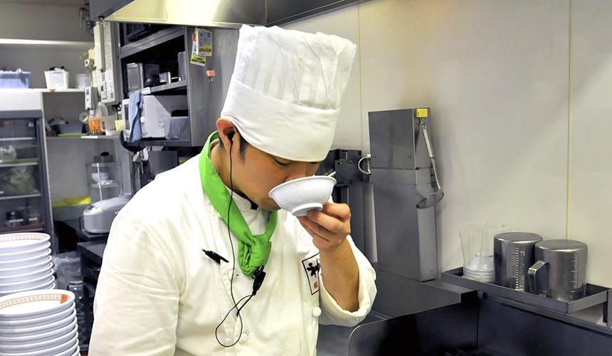 「神座」廚師品湯中