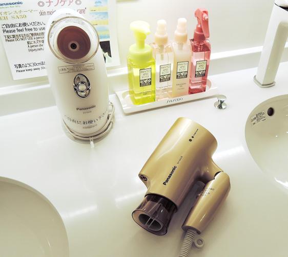 京都膠囊旅館「Capsule Resort Kyoto Square」提供Panasonic吹風機以及蒸臉器