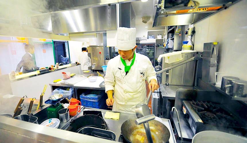 「神座」料理區很整潔