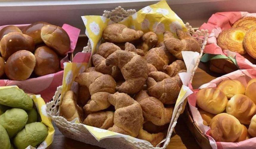 京都膠囊旅館「Capsule Resort Kyoto Square」豐盛的進進堂麵包吃到飽