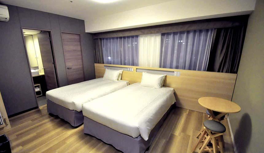 「karaksa hotel Osaka Namba」的客房,空間大