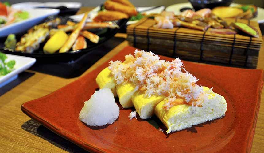 大阪道頓堀「蟹櫻」的大量蟹肉日式滑嫩蛋捲(ほぐし蟹たっぷりだし巻き玉子)