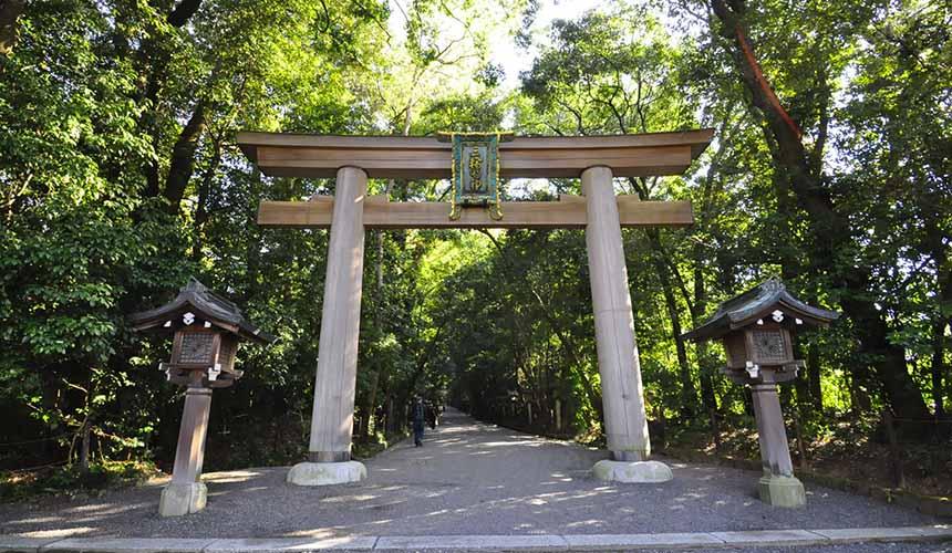 奈良櫻井市日本最古老的神社大神神社鳥居