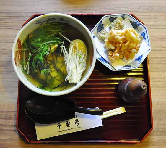 奈良櫻井市三輪素麺茶屋千寿亭的牛蒡與櫻花蝦天婦羅湯麵