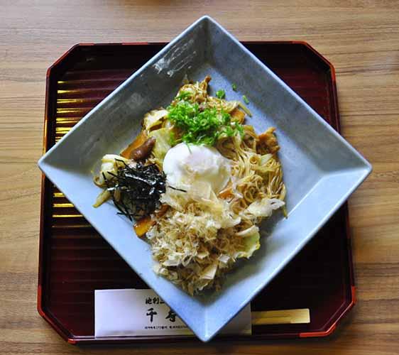 奈良櫻井市三輪素麺茶屋千寿亭的鐵板炒素麵