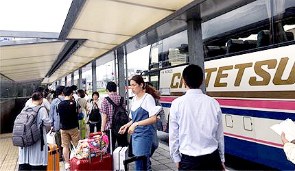 JR冈山站利木津巴士机场接驳车排队上车人潮