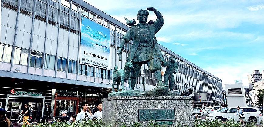 JR冈山站地标桃太郎雕像