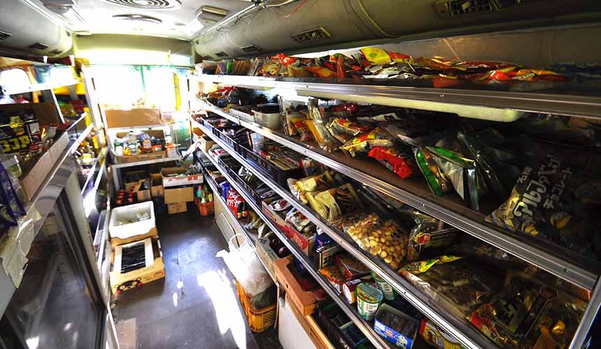 京都「美山茅草屋之鄉」的小巴士雜貨店店內