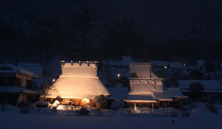 京都「美山茅草屋之鄉」的「雪灯廊」景緻寧靜而夢幻